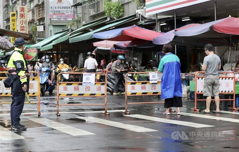 國內疫情嚴峻,全國防疫進入三級警戒,台北市雙和市場實施實聯制,警方5日也在入口處管制並進行相關宣導。中央社記者張皓安攝 110年6月5日