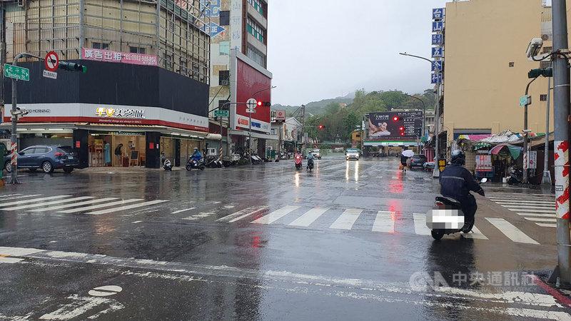 受滯留鋒面影響,高雄市5日清晨起降下大雨,由於適逢週末假日與全國進入3級防疫警戒,上午路上人車更為稀少。中央社記者洪學廣攝 110年6月5日