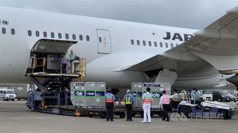 日本支援供應台灣的124萬劑AZ疫苗,4日下午運抵桃園機場,相關人員進行機邊驗放。(中央社檔案照片)