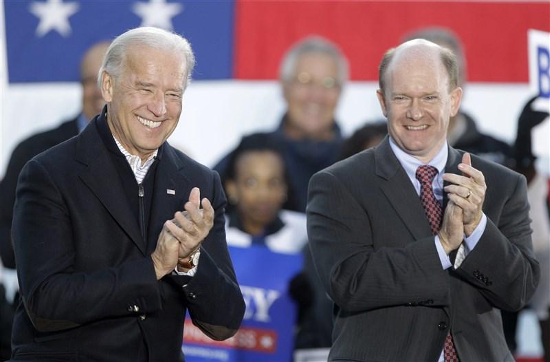 美國3位聯邦參議員宣布訪台。這3位參議員中,最重量級的該屬昆斯(前右),他是美國總統拜登(前左)的親密友人與外交事務重要夥伴。圖為2010年兩人的合照。(美聯社)