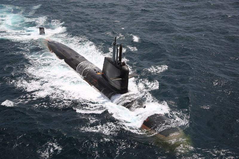 印度國防部4日批准「印度P75號」專案計畫中以4300億盧比興建的6艘先進潛艦案。圖為該計畫下已服役的卡瓦里號潛艦。(圖取自twitter.com/indiannavy)