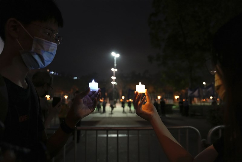 昨天是六四事件32週年,香港警方首次引用「公安條例」封閉維多利亞公園中央草坪、足球場等範圍,仍有港人到維園附近聚集,點燃燭光或使用LED蠟燭紀念。(美聯社)