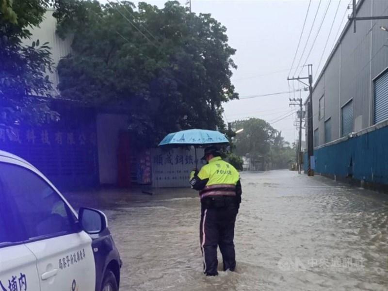 受到滯留鋒面影響,屏東各地雨勢不斷,多處鄉鎮有積淹水情況。中央社記者郭芷瑄攝 110年6月6日