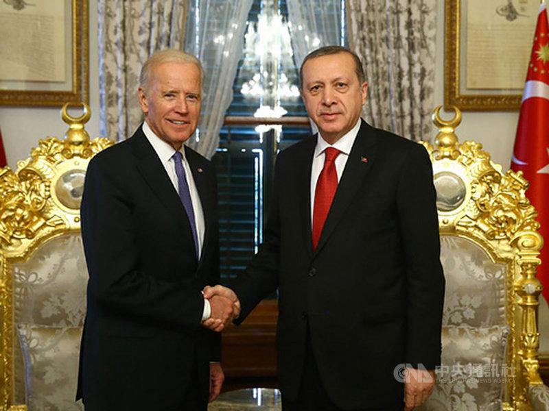 美國總統拜登就任後,14日將與土耳其總統艾爾段首次面對面會談。圖為艾爾段(右)2016年1月23日接待到訪的美國副總統拜登(左)。(土耳其總統府提供)中央社記者何宏儒安卡拉傳真 110年6月6日