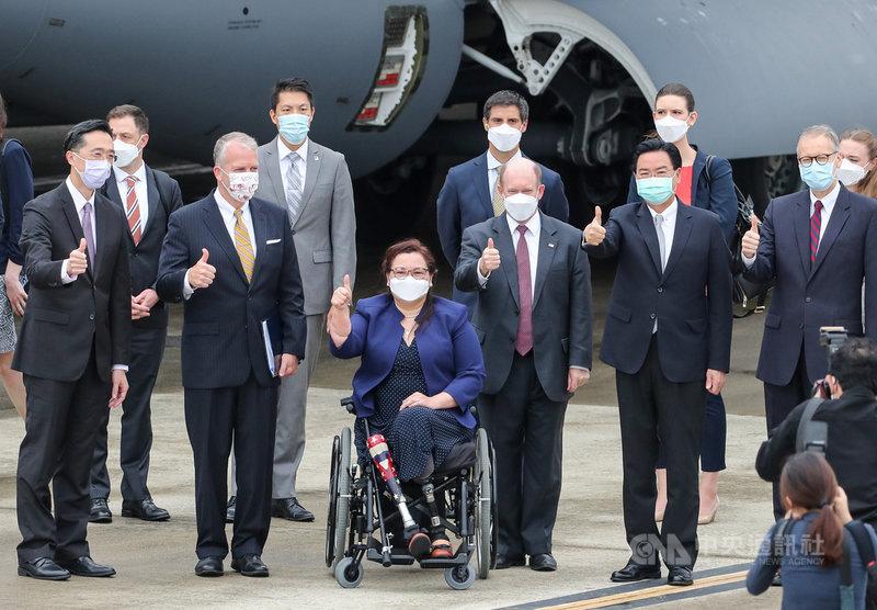 美國聯邦參議員達克沃絲(Ladda Tammy Duckworth, D-IL)(前左3)、蘇利文(Daniel Scott Sullivan, R-AK)(前左2)及昆斯(Christopher Andrew Coons, D-DE)(前右3)6日上午搭乘專機訪問台灣,外交部長吳釗燮(前右2)前往接機,與訪團成員合影留念。中央社記者裴禛攝 110年6月6日
