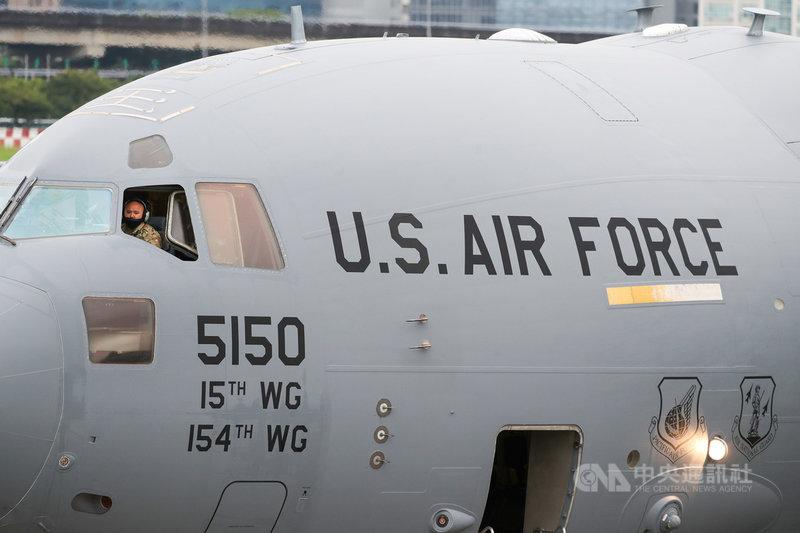 美國聯邦參議員達克沃絲、蘇利文及昆斯6日上午率團訪台,訪問團搭乘美軍運輸機C-17飛抵台北松山機場。中央社記者裴禛攝 110年6月6日