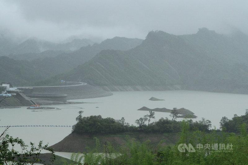 台南地區5日下午起出現間歇性大雨,3大水庫集水區至6日上午都累積豐沛雨量,南化水庫蓄水率突破30%。中央社記者楊思瑞攝 110年6月6日