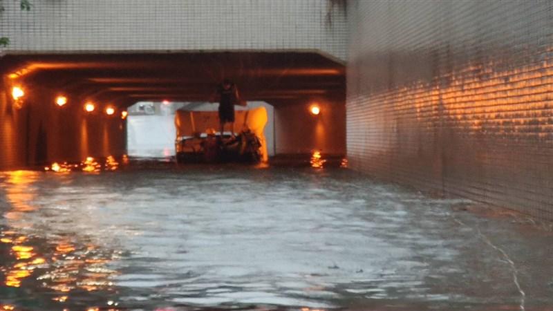 高雄市新生路和金福路的交叉口地下道積水數公尺深,有一輛聯結車誤闖,人車陷在積水數公尺的地下道內,趕緊向消防局求救。(高雄市消防局提供)中央社記者王淑芬傳真 110年6月6日