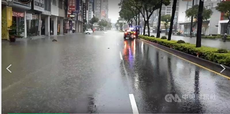 滯留鋒面接續為高雄市帶來降雨,6日清晨豪雨不斷,導致澄清路積淹水,民眾外出要涉水而行。(民眾提供)中央社記者王淑芬傳真 110年6月6日