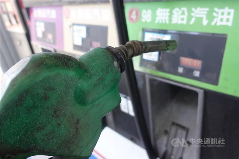 台灣中油表示,7日凌晨零時起,汽、柴油價格均調漲新台幣0.2元,調整後95無鉛汽油每公升為28.7元。(中央社檔案照片)