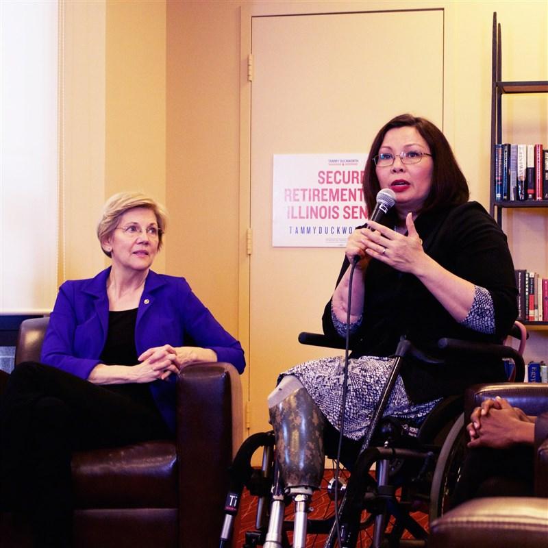 在戰爭中被炸斷雙腿的參議員達克沃絲(右)是美國傳奇政治人物,她以自身從軍和從政經驗鼓勵所有女性要打破玻璃天花板帶來的限制和阻礙。(圖取自facebook.com/TammyForIllinois)