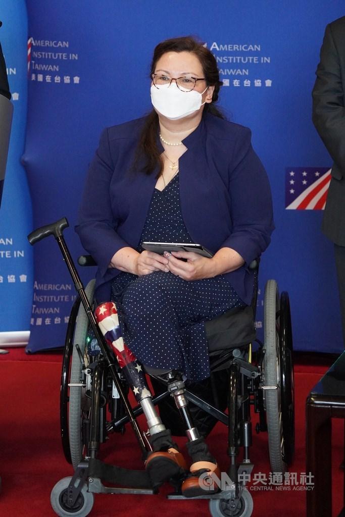 美國聯邦參議員達克沃絲(圖)等3位參議員訪問團6日上午搭乘專機抵達台灣,她致詞時表示:「我在此告訴各位,美國不會讓你們孤軍奮戰。我們會在各位的身邊,確保台灣人民能獲得所需挺過疫情。」中央社記者徐肇昌攝 110年6月6日