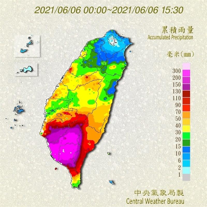 6日截至下午3時30分,累積雨量最多處為屏東縣瑪家鄉333.0毫米;前10名中屏東占7 名,其餘3名都在高雄,累積雨量皆高於293毫米。(圖取自中央氣象局網頁cwb.gov.tw)