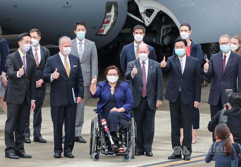 美國聯邦參議員達克沃絲(Ladda Tammy Duckworth, D-IL)(前左3)、蘇利文(Daniel Scott Sullivan, R-AK)(前左2)及昆斯(Christopher Andrew Coons, D-DE)(前右3)6日上午搭乘專機訪問台灣,外交部長吳釗燮(前右2)前往松山機場接機,並在停機坪與訪團成員合影。中央社記者裴禛攝 110年6月6日