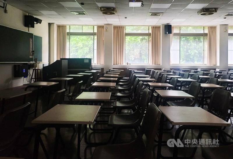 行政院7日宣布全國疫情三級警戒延長至6月28日,各級學校停止到校上課至暑假。圖為教室空蕩蕩,不見學生身影。中央社記者鄭清元攝 110年6月7日