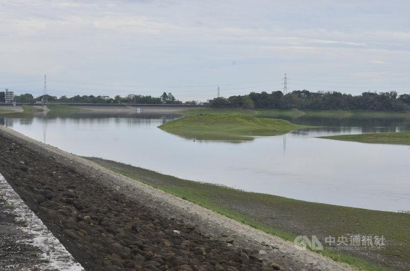 台灣自來水公司第五區管理處副處長吳界明7日指出,兩週前嘉義仁義潭水庫蓄水率一度降至16%,但約7、8天的降雨,就讓仁義潭的蓄水率翻倍成長。中央社記者蔡智明攝 110年6月7日