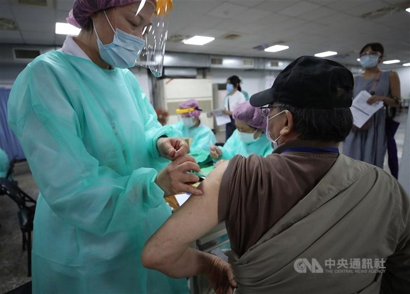 行政院長蘇貞昌表示,日本捐贈的124萬劑AZ疫苗,本週完成檢驗封緘後,就能開始配撥施打,優先提供給75歲以上長者。(中央社檔案照片)