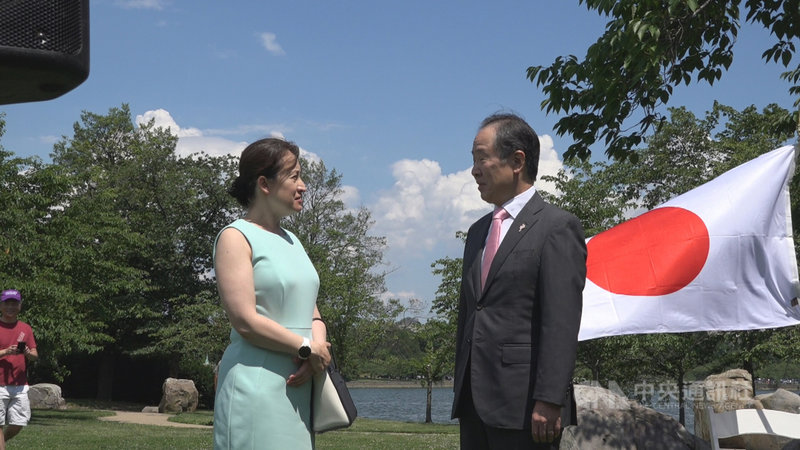 日本政府日前捐贈台灣124萬劑疫苗。駐美代表蕭美琴(左)當面向日本駐美大使富田浩司(右)表達感謝之意,謝謝日本雪中送炭,展現雙方堅實夥伴關係。中央社記者江今業華盛頓攝 110年6月7日