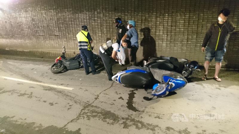 高雄市前鎮區中山四路地下道7日上午發生機車追撞事故,一名騎士疑打滑煞停,導致後方車閃避不及追撞,共造成16車撞在一起,6人受傷。(高市前鎮警分局提供)中央社記者洪學廣傳真  110年6月7日
