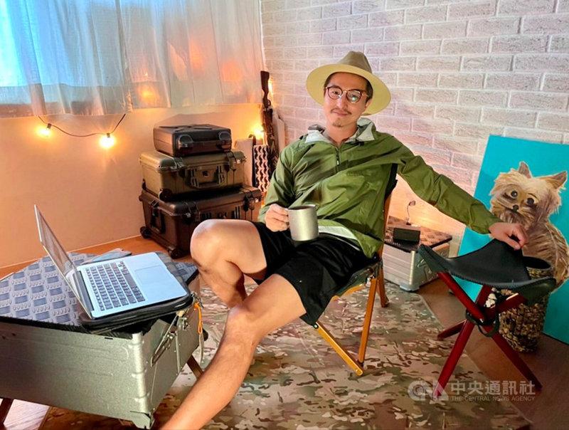 藝人王少偉近期將推出個人YouTube頻道「隔壁老王UncleSam」,分享私人日常點滴,更把家裡打造成露營風攝影棚。(建印娛樂提供)中央社記者葉冠吟傳真 110年6月8日