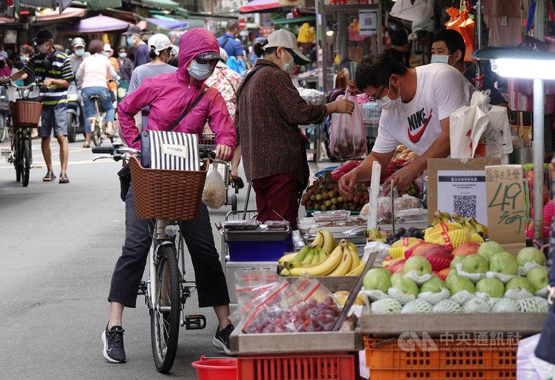 行政院主計總處8日發布5月消費者物價指數(CPI)年增率續攀至2.48%,創新高紀錄,並指出主因是油料費及旅遊服務相關價格因109年受到疫情影響,比較基數偏低,加上機票、蔬菜、水果、蛋類等價格上漲所致;如果觀察扣除蔬果、能源後的核心CPI,則上漲1.58%。中央社記者鄭傑文攝 110年6月8日