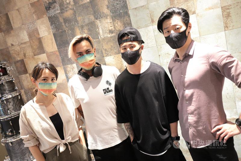 閃靈樂團推出大港開唱Live專輯「台灣閃閃爍」,實況影片上架YouTube時,團員們也上線與歌迷互動,因近期台灣疫情升溫,許多外國網友都為台灣打氣。(出日音樂提供)中央社記者王心妤傳真 110年6月8日