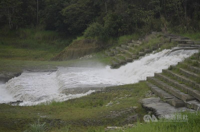 8日午後對流旺盛,各地出現短延時強降雨,其中以嘉義雨量居冠,仁義潭水庫一天內蓄水量就提升約1成至1095萬噸,蓄水率達43.3%。(中央社檔案照片)