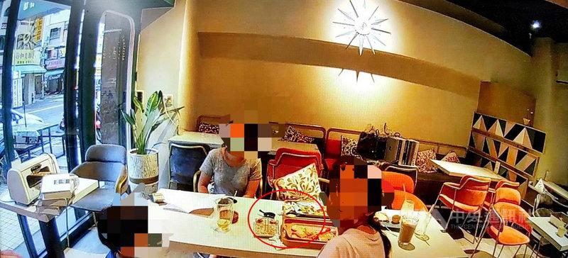 高雄市前鎮區一家餐廳遭檢舉有客人入內用餐,雖然業者解釋是「員工試菜」,但前鎮警分局員警6日傍晚到場依「餐桌上擺有菜餚及飲料」認定違規開單告發。(讀者提供)中央社記者洪學廣傳真 110年6月8日