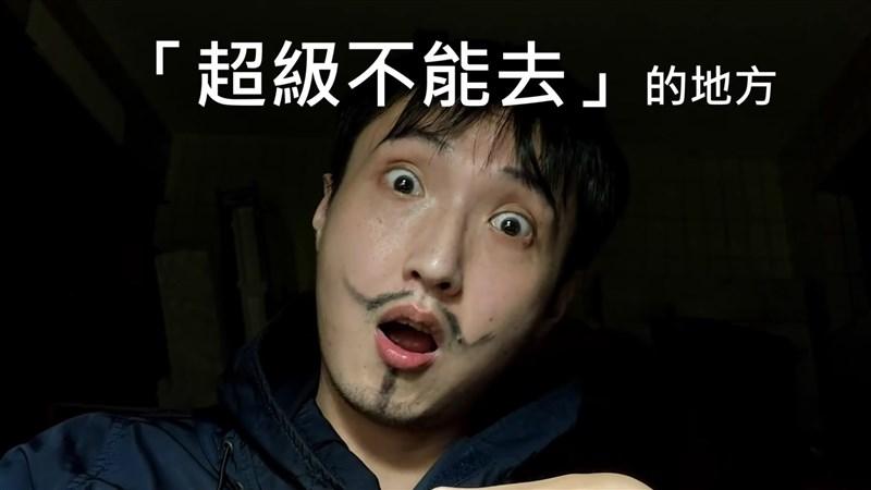 劇場工作者蕭東意在臉書專頁「嚎哮排演」分享影片,以中文、英語、台語夾雜呼籲民眾,好好在家居家防疫,不要四處走動、頻繁逛市場。(圖取自facebook.com/HAOxHSIAO)