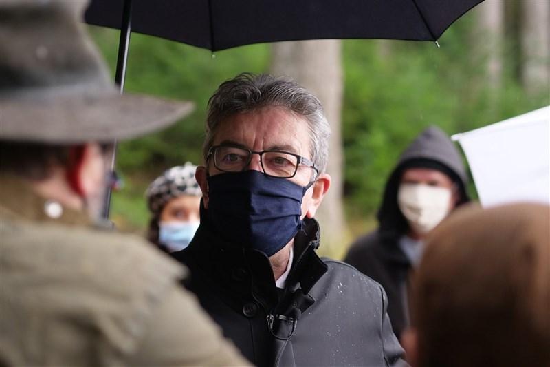 法國極左派政黨「不屈法國」領導人梅蘭雄(前中)6日在政論節目說,「總統大選前一週,會發生嚴重事故或謀殺」,這番失言遭強烈批評。(圖取自facebook.com/JLMelenchon)
