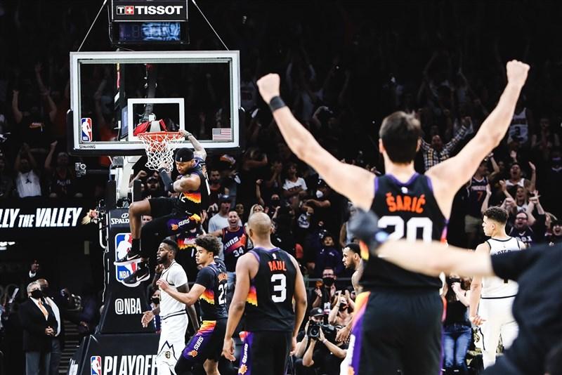 NBA太陽7日在先發5人中有4人得分達20大關的情況下,以122比105擊敗金塊。(圖取自twitter.com/Suns)