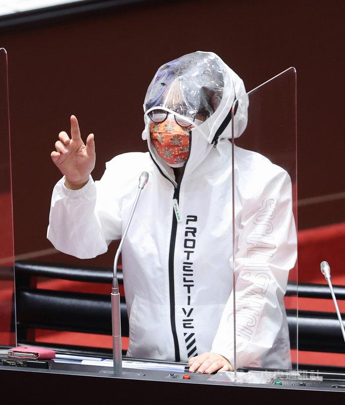 國民黨立委陳玉珍(圖)8日在立院質詢時身穿白色防護衣、戴著口罩,她提出是否可能開一條小三通的船,讓金門鄉親到中國大陸打疫苗;行政院長蘇貞昌則說,不會阻止國人要去哪裡,但不會為了要去中國打疫苗就特別設一個打疫苗專線、開船去。中央社記者施宗暉攝  110年6月8日
