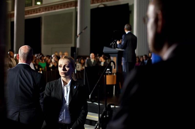 曾任美國聯邦特勤局特務的伊芙‧波普拉斯(左2)在新書分享她認為人人可學的身心防彈術。圖為美國總統歐巴馬(右2)在德州達拉斯演說,波普拉斯在舞台旁參與維安工作。(圖取自facebook.com/evypoumpouras)