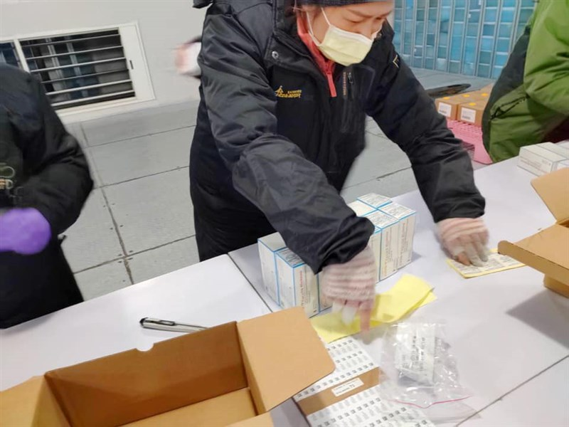 行政院長蘇貞昌在臉書指出,食藥署人員與裕利公司員工7日在負20度的冷凍倉庫中,將15萬劑的莫德納疫苗完成封緘。(圖取自facebook.com/gogogoeball)