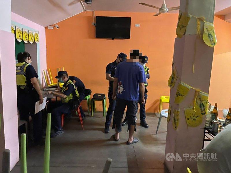 政府宣布延長第三級警戒至28日,台東縣警察局9日凌晨查獲一間酒吧營業,聚集4名酒客未戴口罩,警方報請台東縣政府斷水斷電並開罰。(警方提供)中央社記者盧太城台東傳真 110年6月9日