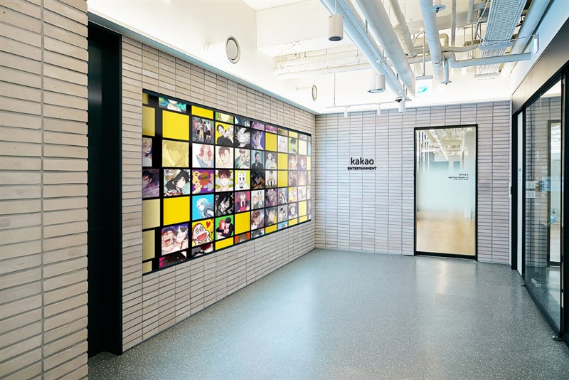 Kakao Entertainment 旗下網路漫畫平台KAKAO WEBTOON 9日開放下載,首波將上架超過50部韓國熱門網漫,在台灣可透過正版官方平台閱讀。圖為Kakao Entertainment韓國總部辦公室。(Kakao Entertainment提供)