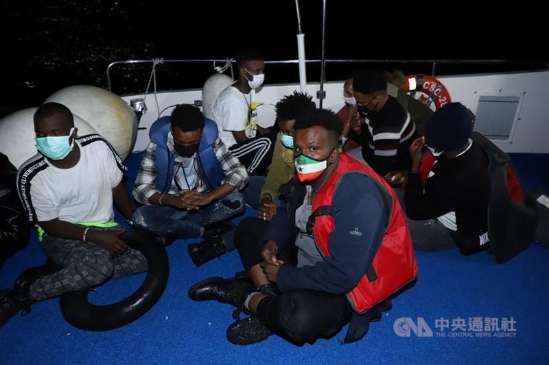 10名索馬利亞移民5月26日偷渡希臘列士波斯島時,所搭乘的充氣橡皮艇失去動力而求救,土耳其海巡隊在愛琴海中找到橡皮艇後將他們救援到海巡艇上。中央社記者何宏儒愛琴海攝 110年6月9日