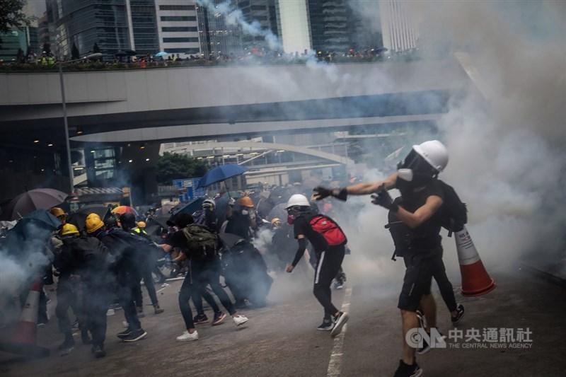 歐洲議會8日討論香港情勢,議員發聲批評中國扼殺香港民主後,提醒下一個是台灣。圖為2019年8月31日大批反送中示威者參與活動,警方在政府總部外發射催淚彈。(中央社檔案照片)