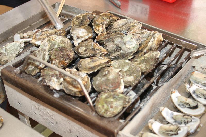 牡蠣是許多民眾喜愛的食材,但近日受防疫措施影響,市場需求下滑,台南近海放養蚵棚又遭風浪毀損,農民損失不小。圖為帶殼烤牡蠣。中央社記者楊思瑞攝 110年6月9日