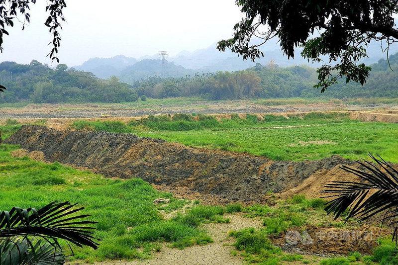 台南連日出現降雨,原本排空蓄水進行年度清淤的白河水庫也趁這波雨勢開始蓄水,為供應今年第2期稻作灌溉做準備。圖為白河水庫排空清淤時期。中央社記者楊思瑞攝 110年6月9日