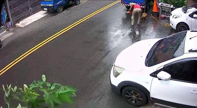 嘉義市自強街日前發生男子持電鋸不斷向胞兄所飼養的小黃狗揮舞,還拿拖鞋猛打狗的頭部,涉嫌虐狗影片被PO上臉書社群網站,引起網友群情激憤。(翻攝自嘉義綠豆大小事)中央社記者黃國芳傳真 110年6月9日
