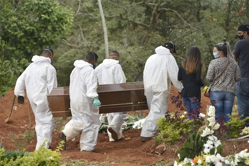 根據巴西媒體數據指出,由於沒有保護兒童的政策,至5月中旬有948名0至9歲的兒童死於COVID-19。圖為4月13日一名染疫病逝者被送往聖保羅一處墓地。(共同社)