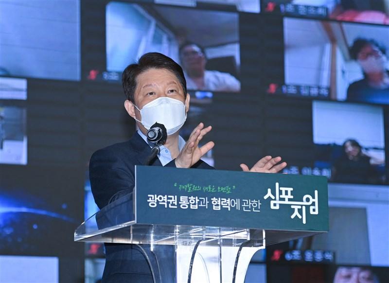 韓國大邱市長權泳臻8日為轉介疫苗購買管道引發爭議公開道歉。(圖取自facebook.com/KwonYoungJin1220)