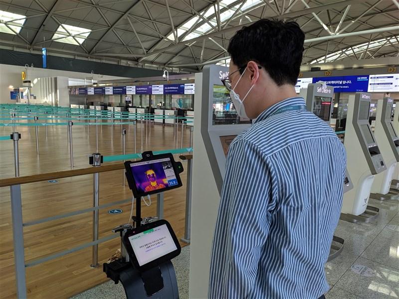 韓國旅遊泡泡台灣在優先名單,指揮中心指揮官陳時中9日說,「我們應嚴格遵守他們的防疫規定」。圖為首爾仁川機場防疫措施。(圖取自仁川機場網頁airport.kr)