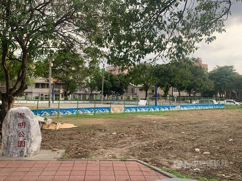 台中市南屯區黎明公園正在進行籃球場改善工程,卻將刨除的碎石及廢棄物堆在場外草地,讓原本如茵的綠草地在大雨過後變成一灘爛泥地,沒有改善公園反而形成破壞。(台中市議員張耀中提供)中央社記者郝雪卿傳真  110年6月10日