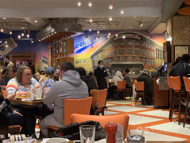 美國2019冠狀病毒疾病疫情趨緩、景氣回溫,5月消費者物價年增5%,創近13年來最大漲幅。圖為紐約時報廣場周邊餐廳景象。中央社記者尹俊傑紐約攝 110年6月10日