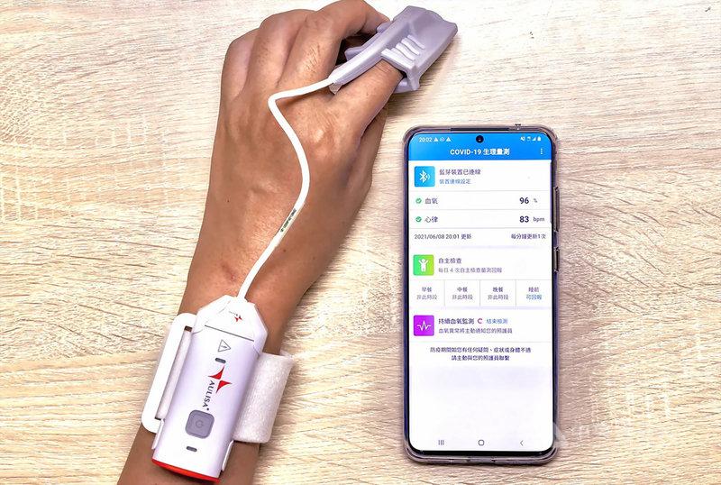 陽明交大數位醫學暨智慧醫療推動中心與中華電信合作成立血氧監測緊急救援隊,共同開發「COVID-19血氧監測雲端平台」,透過資訊技術達成即時監測,可減少醫護接觸風險,7日已於新北市立聯合醫院專責病房上線。(陽明交大提供)中央社記者許秩維傳真  110年6月10日