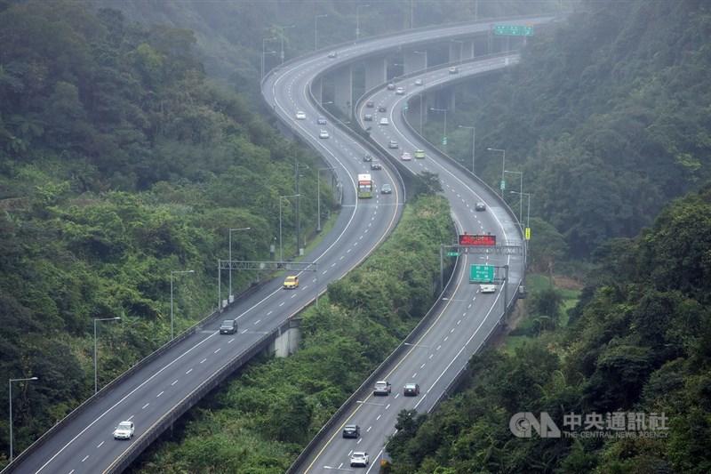 國內武漢肺炎疫情升溫,為了降低民眾利用國道移動,高公局10日宣布,將首次採嚴格匝道儀控管制。(中央社檔案照片)