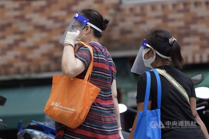 疫情指揮中心9日公布新增274例本土個案,另有1例境外移入。民眾9日前往傳統市場採買,穿戴好防疫裝備以保護自身健康。中央社記者徐肇昌攝 110年6月9日