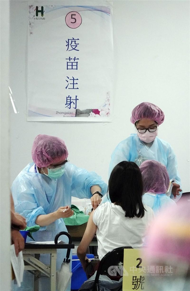 台北市長柯文哲10日表示,疫苗不夠的情況下,居然還有疫苗流到診所,北市府須檢討改進。圖為醫護人員持續為人員施打疫苗。(中央社檔案照片)